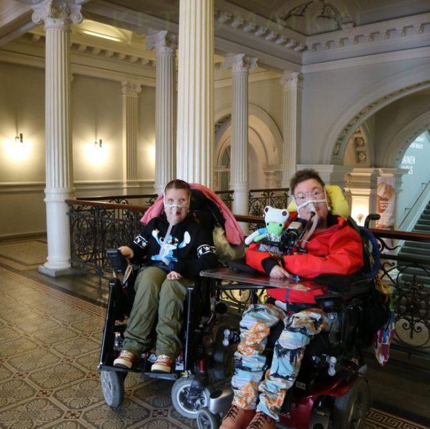 Maijun kanssa kuva Ateneumin toisen kerroksen aulassa.