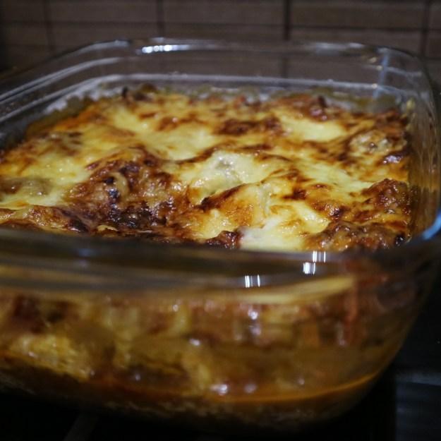 Juustoista lasagnea vuoassa.
