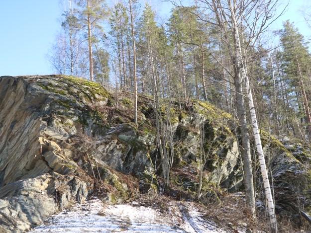 Kallio Laitaatsalmen rannalla.