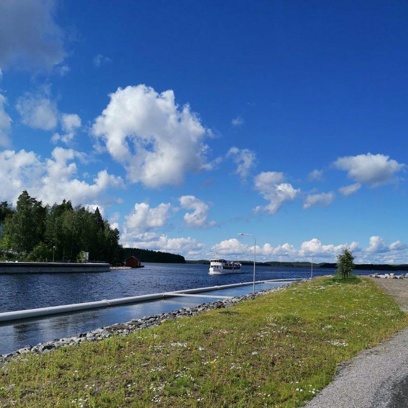 Laitaatsalmea lähestyy sisävesiristeilijä m/s Lake Seal.