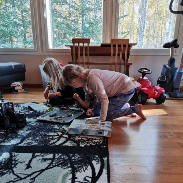 Siskot auttoivat lahjaksi viedyn Toy Story legon rakentamisessa