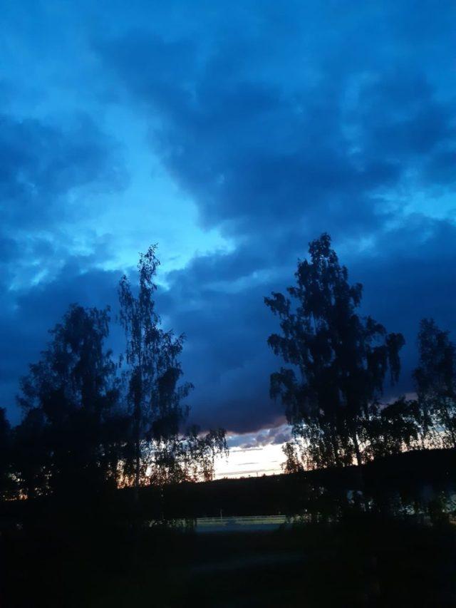 Todella synkkä taivas ikkunasta kuvattuna.