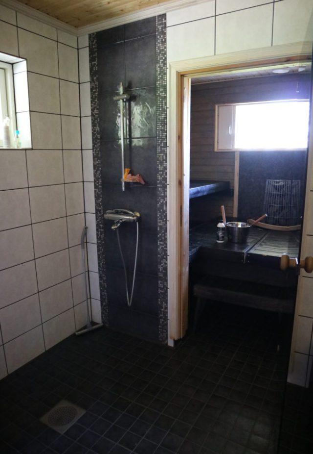 Esteetön huvila Lajunhelmi sauna ja pesuhuone.