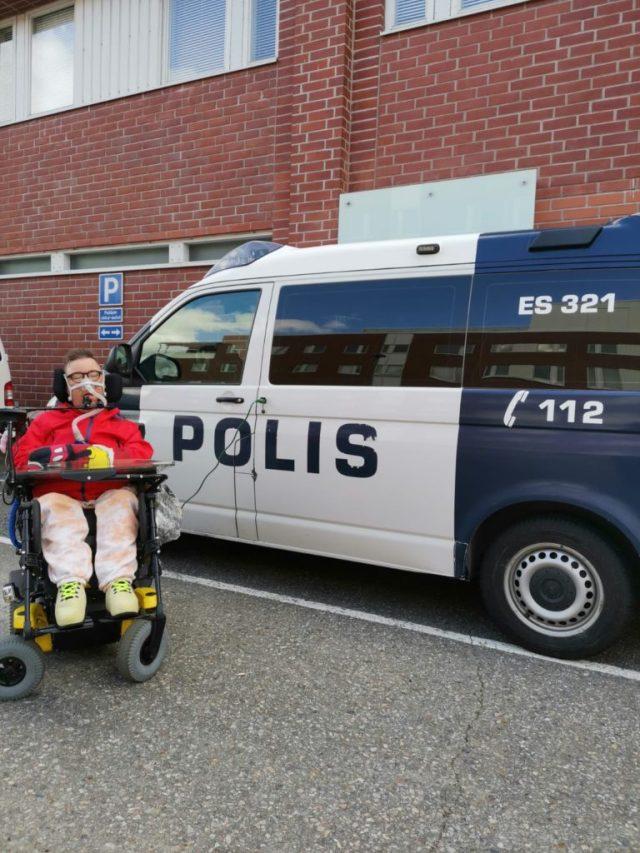 Poliisiauto ja minä poliisiaseman pihassa.