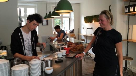 Viveca berömmer baristan för sin latte art