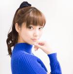 新川優愛がポニーテールで青い服を着て顎に手を当ててこっちに振りむいている画像