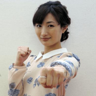 武田梨奈がワンピースを着て笑顔でこっちに向かって正拳突きをしている画像