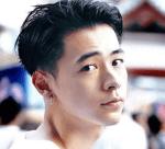 成田凌が振り返ってこっちを見ている画像
