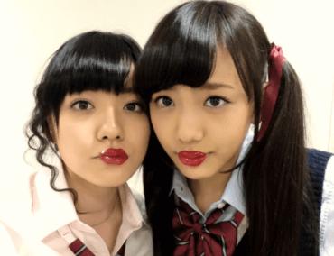 小島藤子と似てる松井愛莉が女子高生の格好をして一緒に並んで写真を撮った画像