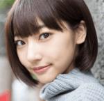 武田玲奈(モデル・女優)がセーターを着て斜に構えてこっちを見つめて笑っているかわいい画像1