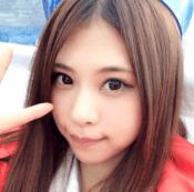 山本成美(レースクイーン・グラビアアイドル)がピースしてこっちを見ているかわいい写真の画像