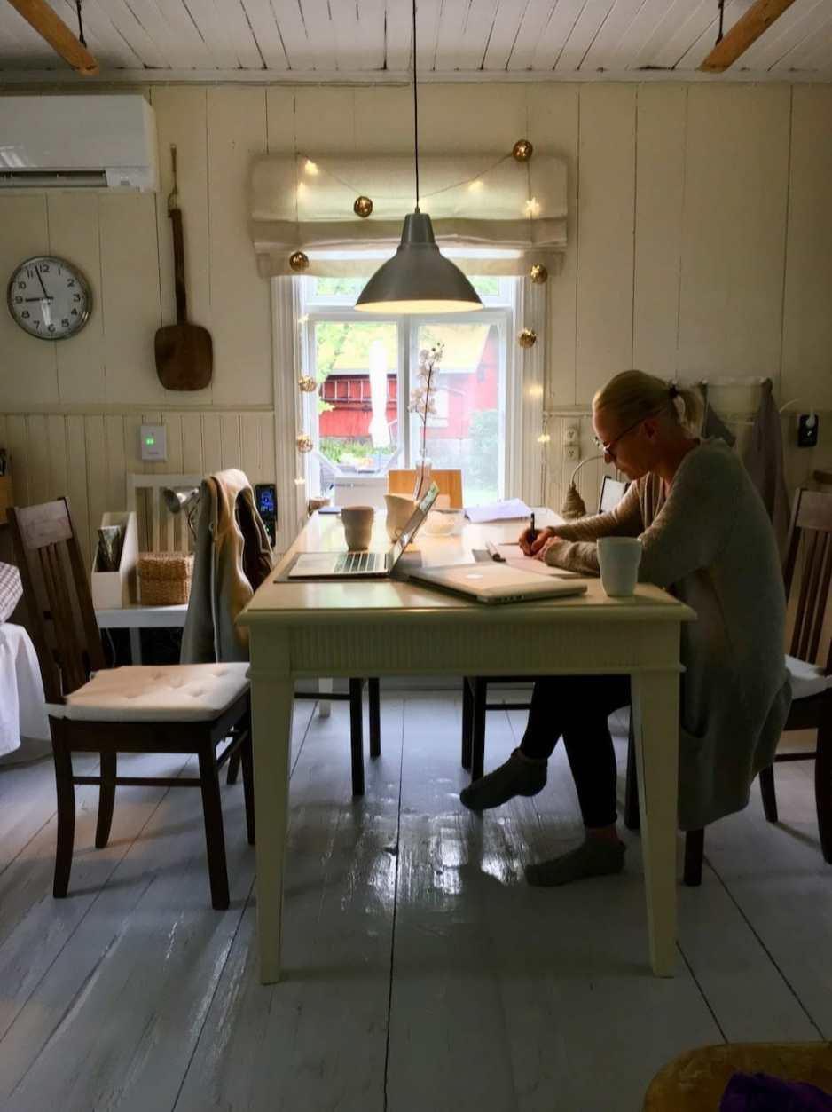 Aamuinen työsessio torppapöydän ääressä.
