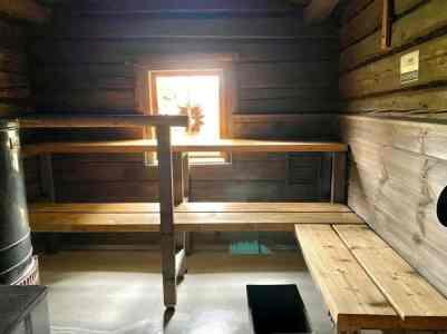 Pia käsitteli saunan lauteet parafiiniöljyllä.
