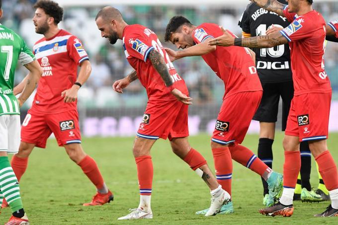 Los jugadores del Espanyol, durante el duelo ante el Betis (Foto: Kiko Hurtado)
