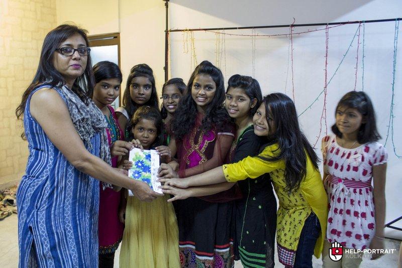 Help Portrait kolkata 2014 the Hope foundation girls present Jayati Saha with a small gift