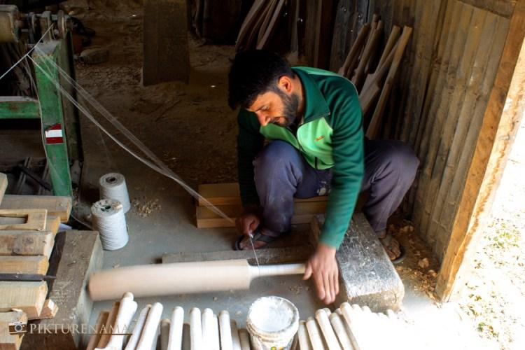 handles getting prepared for Kashmir willow bat