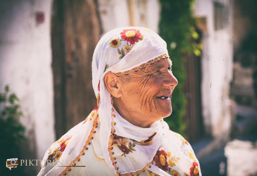 Cappadoccia_Urgup_old_lady