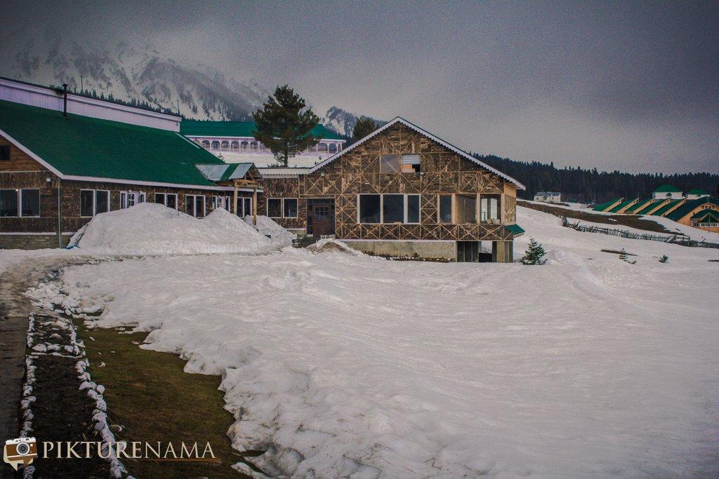 Nedous Hotel Gulmarg Kashmir - gate