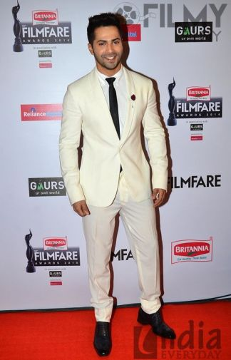 Varun-Dhawan-graces-the-red-carpet-at-the-60th-Britannia-Filmfare-Awards
