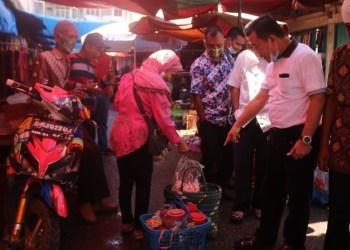 Cagub Al Haris saat blusukan ke pasar tradisional.