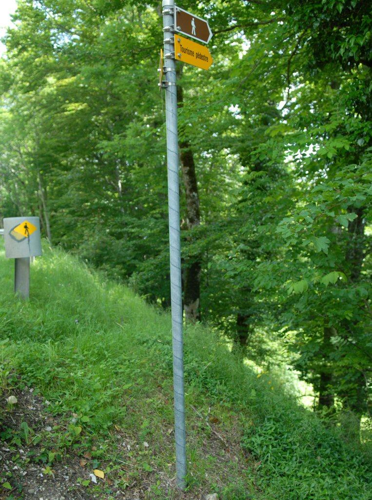 Le Chateau, Path leaving road