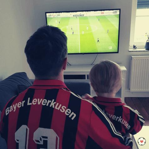 Bayer 04 Blog Pillenliebe berichtet über Vater und Sohn, die zusammen Bundesliga schauen.