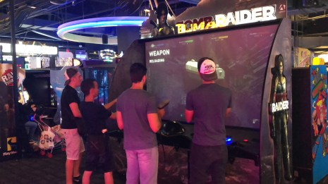"Moi, Hedi, Vitor et Jonathan, jouant à Tomb Raider sur borne arcade au ""Dave and Busters"""