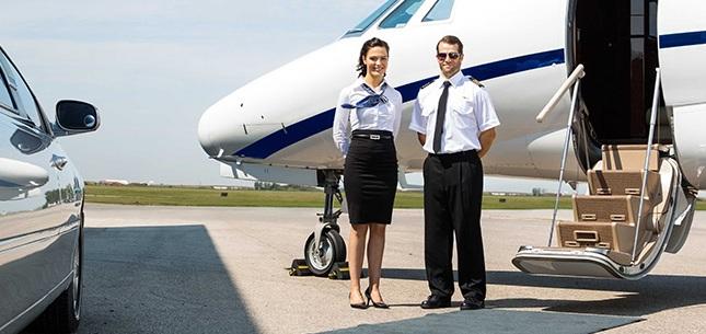 стюардесса и пилот у самолета