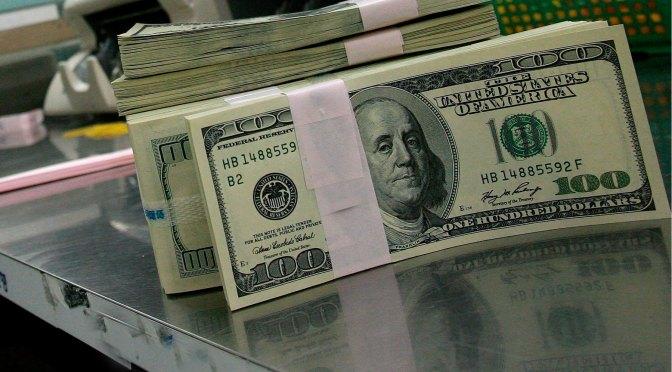 Dólar sigue al alza y cierra hasta en 20.25 pesos a la venta en bancos