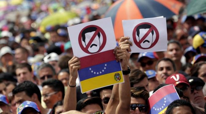 Al menos dos muertos y 367 detenidos, saldo de la huelga general contra Maduro.