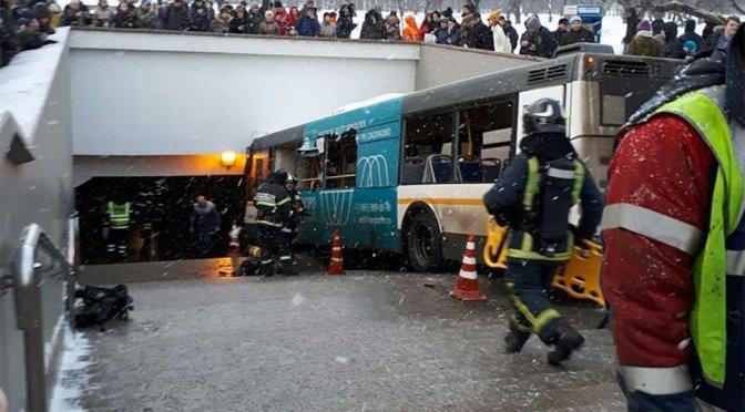 VIDEO: Autobús invade entrada del metro en Moscú, al menos 5 muertos