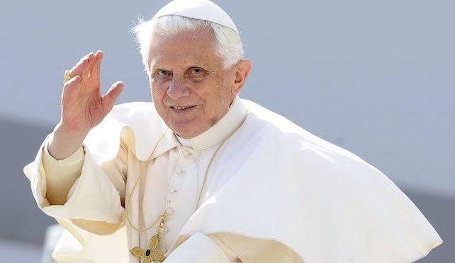 """Benedicto XVI padece una """"enfermedad paralizante"""", revela su hermano"""