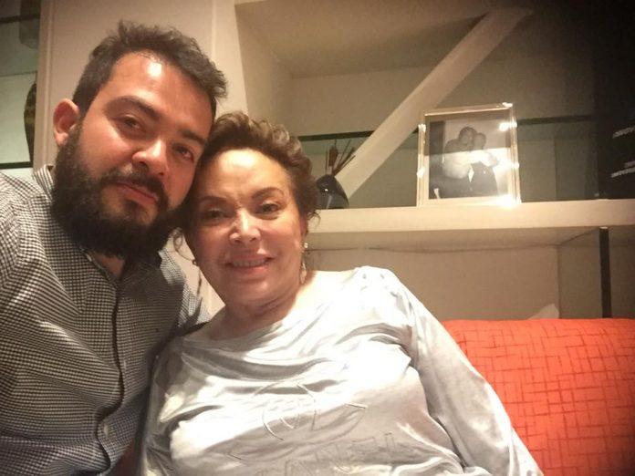 Publica 'selfie' con Elba Esther y después la borra de Facebook