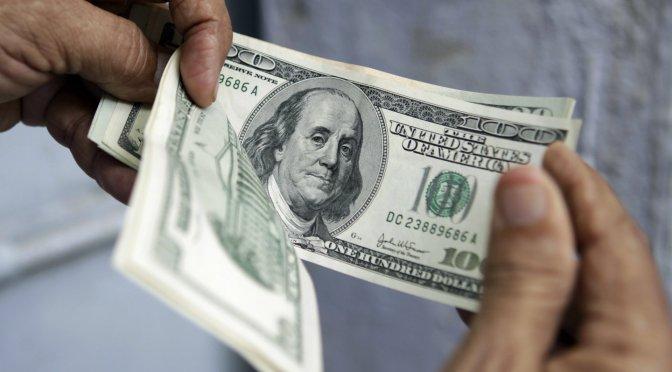 Dólar baja tres centavos, cierra en 19.42 pesos en bancos