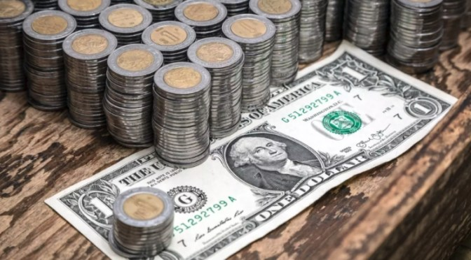El peso cerró la sesión con una depreciación de 0.72% o 13.70 centavos, cotizando alrededor de 19.24 pesos por dólar