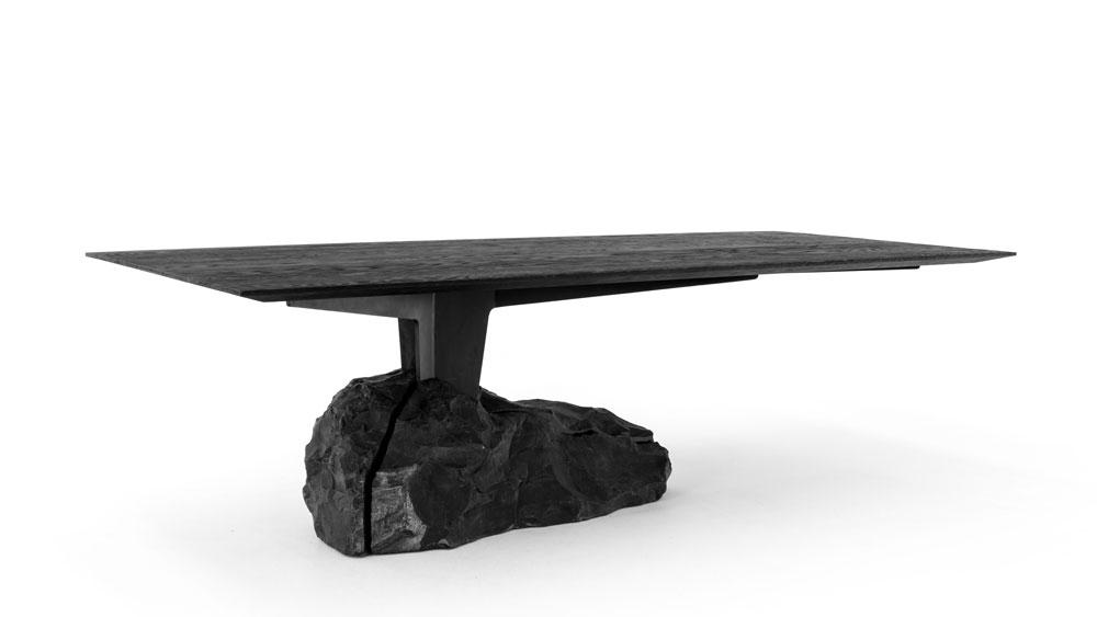 Una mesa de comedor fascinante nacida del fuego y la audacia