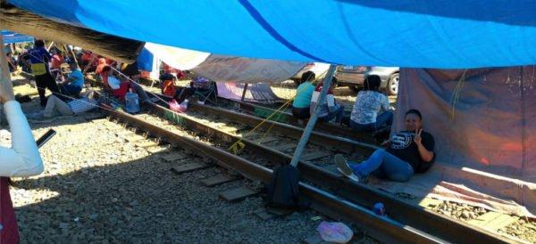 CNTE mantiene bloqueo a vías férreas de Uruapan
