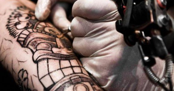 ¿Puedes donar sangre si tienes un tatuaje?