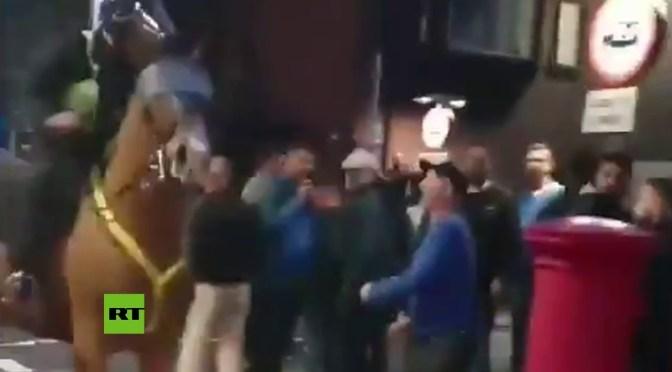 Detenido por golpear al caballo de un policía en Reino Unido