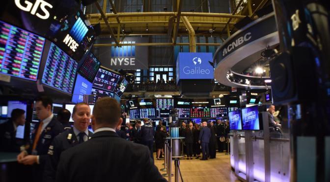 Wall Street abre con alzas pero se tambalea poco después