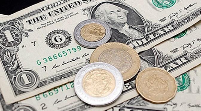 Peso gana por debilidad global del dólar, bolsa cae