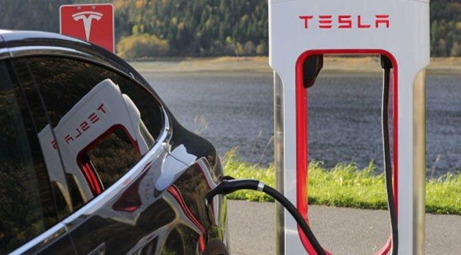 CEO de Tesla promete baterías de autos eléctricos radicalmente mejores y a mitad de costo