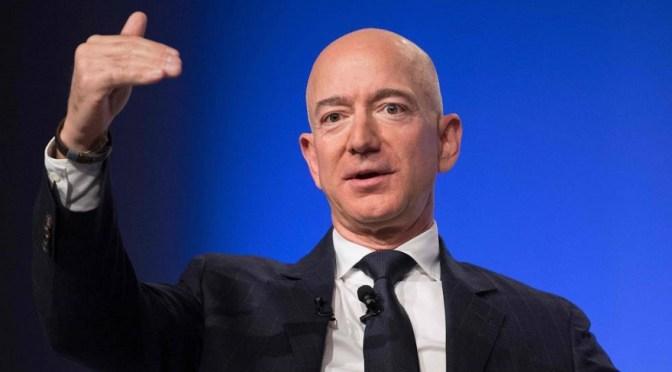 CEO de Amazon encabeza lista de millonarios de Forbes, Trump retrocede