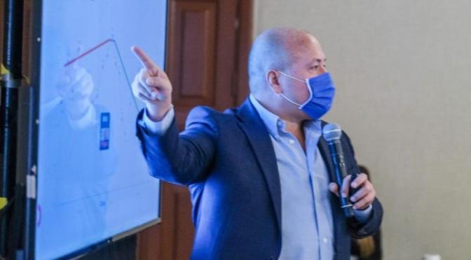 Alfaro traza nueva ruta para contener COVID; prevé clases presenciales en enero