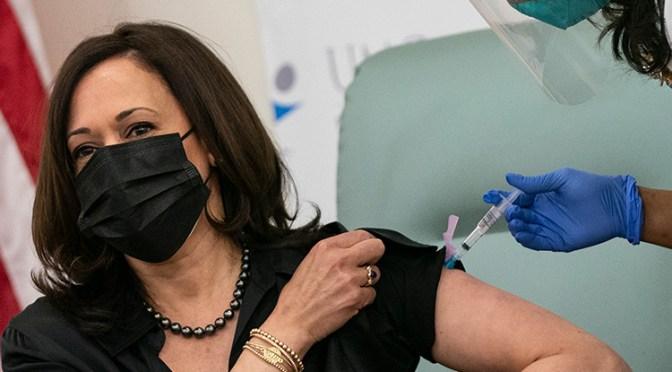 Kamala Harris recibió vacuna contra Covid por TV para aumentar confianza de la población