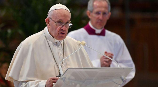 Mujeres pueden leer en misa, pero no ser sacerdotes: Papa Francisco