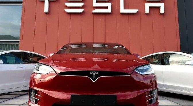 Solicitan a Tesla retirar 158,000 vehículos por fallas en su pantalla táctil