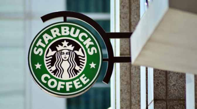 Las ventas de Starbucks siguen a la baja ya que el pico de Covid-19 mantiene a los clientes en casa