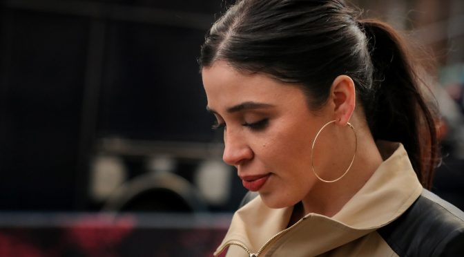 Juez ordena que Emma Coronel permanezca detenida