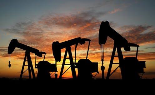 Petróleo sube por la sorpresa de la acumulación de acciones en Estados Unidos